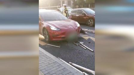 特斯拉失控撞飞公交站护栏 !一名交通引导员受伤