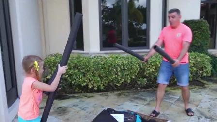 滑稽的斯泰西:斯泰西和爸爸玩充气水滑梯,真是太好玩啦!