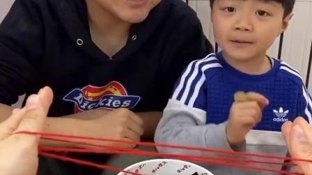 趣味童年:爸爸带儿子吃巧克力啦!