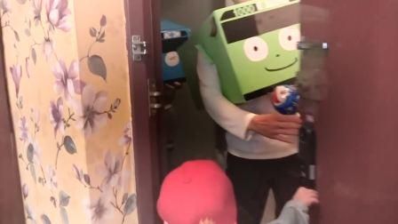国外少儿时尚:萌娃在玩城堡玩具,真高兴啊