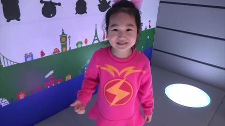 国外少儿时尚:小女孩在游乐园里玩,真好玩啊