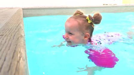 美国少儿时尚,小萝莉在泳池游泳,好开心呀