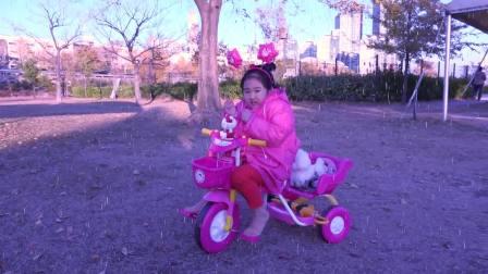 国外少儿时尚,小公主在玩儿童自行车,一块去看看吧