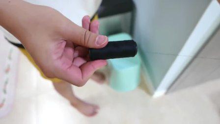 国外少儿时尚:宝爸找到了吃棒棒糖的萌娃,真有趣啊
