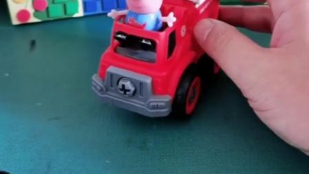 乔治开车消防车执行任务,车轮被大鲨鱼拿走当成游泳圈,可真是搞笑