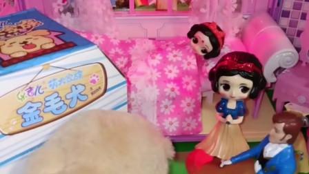小雪儿不想自己睡觉,爸爸给她买了毛绒玩具,小雪儿很喜欢!