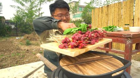"""买两斤牛肉做""""三辣串串""""泡椒,朝天椒配二荆条,萝卜苗都用上"""