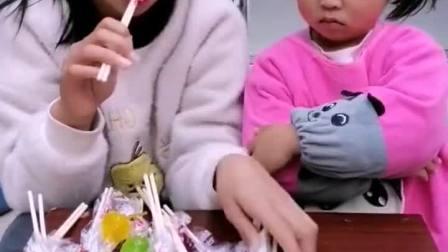 童年趣事:姐姐给小宝贝糖果,小宝贝还嫌少