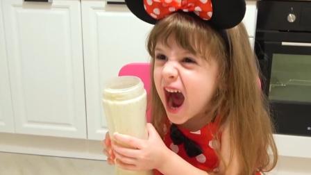 萌娃在做雪糕,妹妹捣乱 萌娃生气了