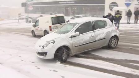 大雪满城汽车上路全部失控,记者上街采访,撞哪辆赔的少点吗?