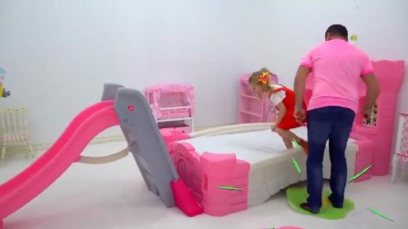 斯泰西和爸爸装饰公主房间,床边竟还有滑滑梯
