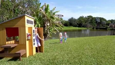 斯泰西和娃娃们在游戏屋玩