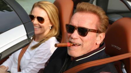 73岁的施瓦辛格意气风发!抽着雪茄开着豪车,肌肉身材依旧