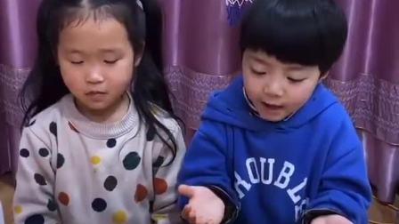 童年趣事:两个小朋友在吹气球比赛