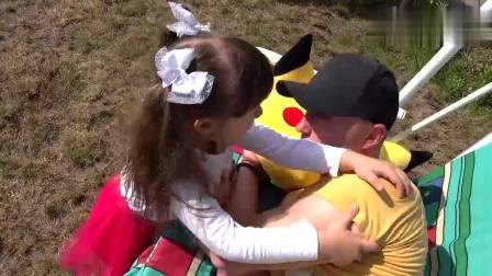 儿童扮演游戏:趁爸爸睡着小女孩拿魔法棒变了一个游乐场
