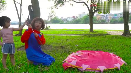 儿童扮演游戏:姐妹俩出外露营,警察姐姐给她们上了一节难忘的课