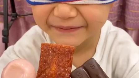 童年趣事:蒙眼猜零食,吃到了辣条好辣呀