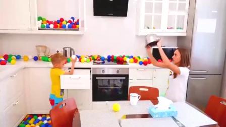 萌宝:萌宝小可爱家里出现好多小彩球,