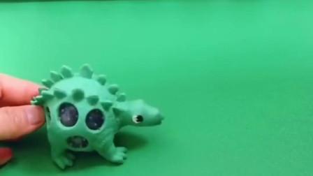 小恐龙太可爱了,别看个子小但是嘴巴却很大呢,快来猜猜这是什么恐龙!