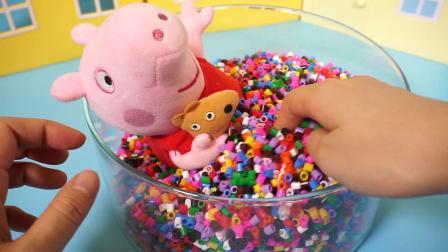 北美玩具:小猪佩奇在豆豆海洋里抓宝物