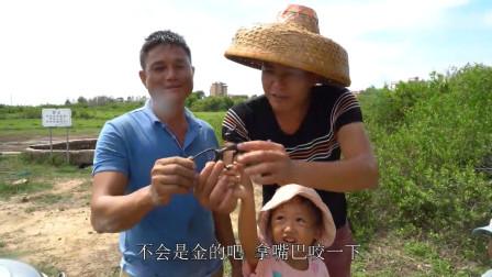 """农村小伙和朋友去古井抓鱼,意外发现一个""""麒麟宝物"""",要是古董就发财了"""