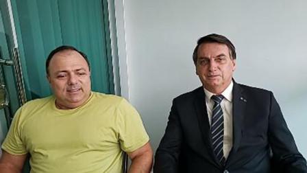 巴西总统拜访刚确诊新冠的卫生部长 不戴口罩挨着坐聊天