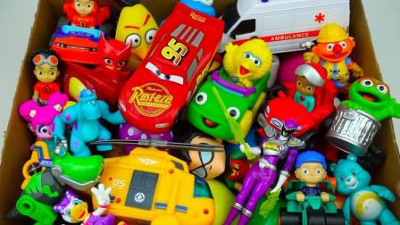 展示彩色的小动物和直升机玩具