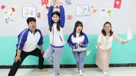 师生一起玩萝卜蹲的另类玩法,没想女同学竟做出了咏春蹲,厉害