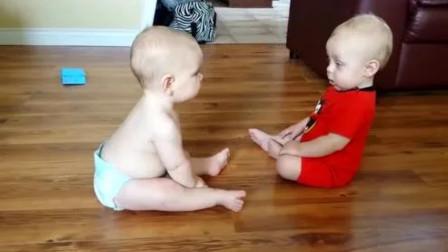两个宝宝第一次见面,立马对冲对方嚣张喊话,那画面真的太逗了!