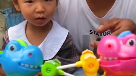 童年趣事:小恐龙偷吃妹妹的糖果