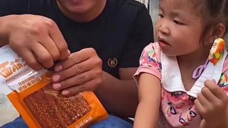 童年趣事:爸爸吃辣条,吃得眼圈都红呢?