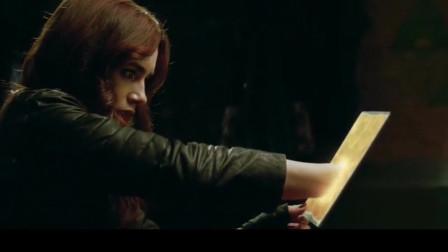 圣杯神器:骸骨之城:女巫被恶魔附体,女孩利用能力拿到圣杯,可还是被恶魔抢了