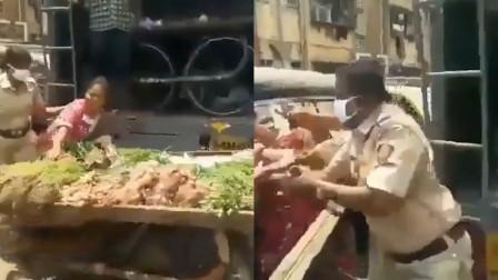 印度一女摊贩遭警察暴力掀摊,女警持棍反复殴打,摊贩反击被逮捕