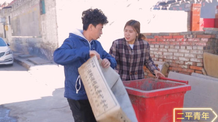 憨妹儿收废品,守在垃圾桶旁收,不看货就给钱,结果惨了