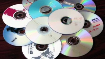 光盘是如何储存信息的?将表层撕下,放显微镜下观察后秒懂