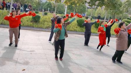 大妈们年纪70岁以上,他们跳舞的精神值得我们学习