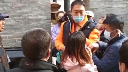 女导游被男游客暴打口鼻冒血 多名游客劝架