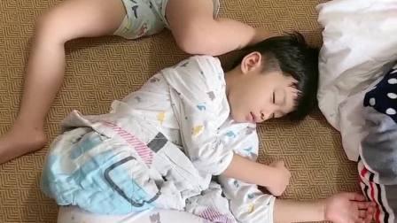 亲子游戏:这俩兄妹的睡姿没谁了。