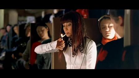 女人抽烟原来这么帅,不抽烟都想学,抽的是华子吗