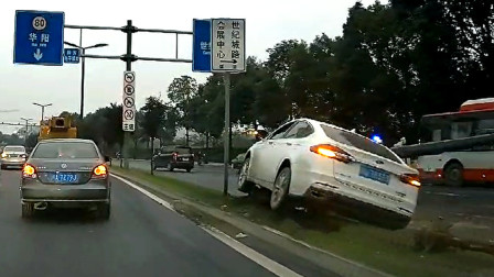 交通事故合集:不保持车距连续变道超车,结局不言而喻