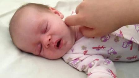 清早妈妈来叫小娃起床,没想到小娃睡得正香,被妈妈烦的不行不行的
