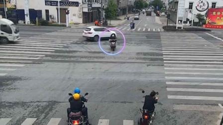 男子骑电车闯红灯被小车撞飞旋转360度后落地,下一秒奇迹发生