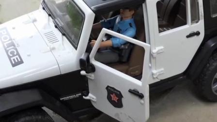 儿童玩具车表演:警车追击逮捕卡车罪犯!