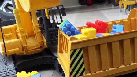 儿童玩具车表演:挖掘机清理积木装载翻斗车!