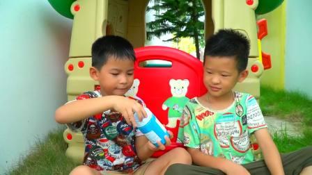 国外少儿时尚,小男孩偷偷盖上彩色小手印,真有趣啊