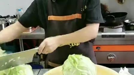 刚招聘的厨师,看他这切白菜的水平,给多少工资合适?
