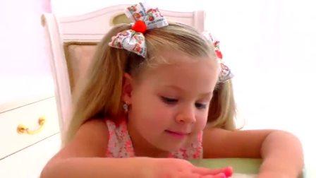 萌娃小可爱在妈妈的帮助下用手掌画画,小家伙画的这条小鱼可真漂亮呢!
