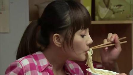 女孩初次见家长,吃面都要男友喂,男友母亲:小东西,你欺人太甚