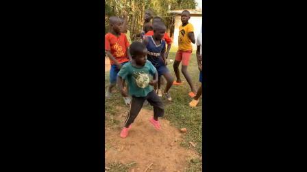 吃饱喝足后的非洲孩子们高兴的跳起了舞,看着真有喜感