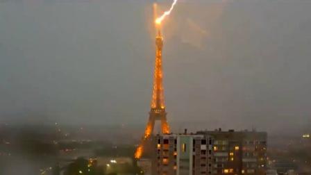 法国巴黎铁塔被雷击中天空瞬间变成红色